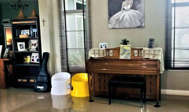 house for sale in doi saket - living area
