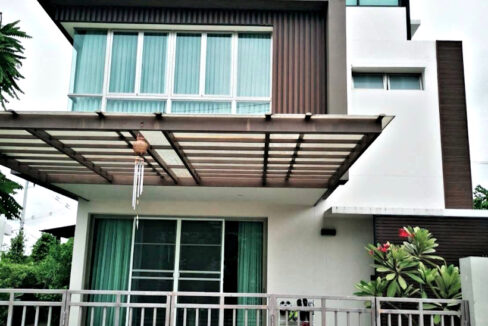 3 storey house for rent in high end development