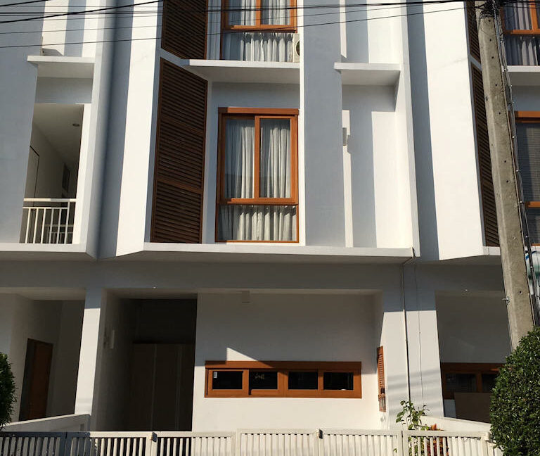 3 story house rent monotown 1